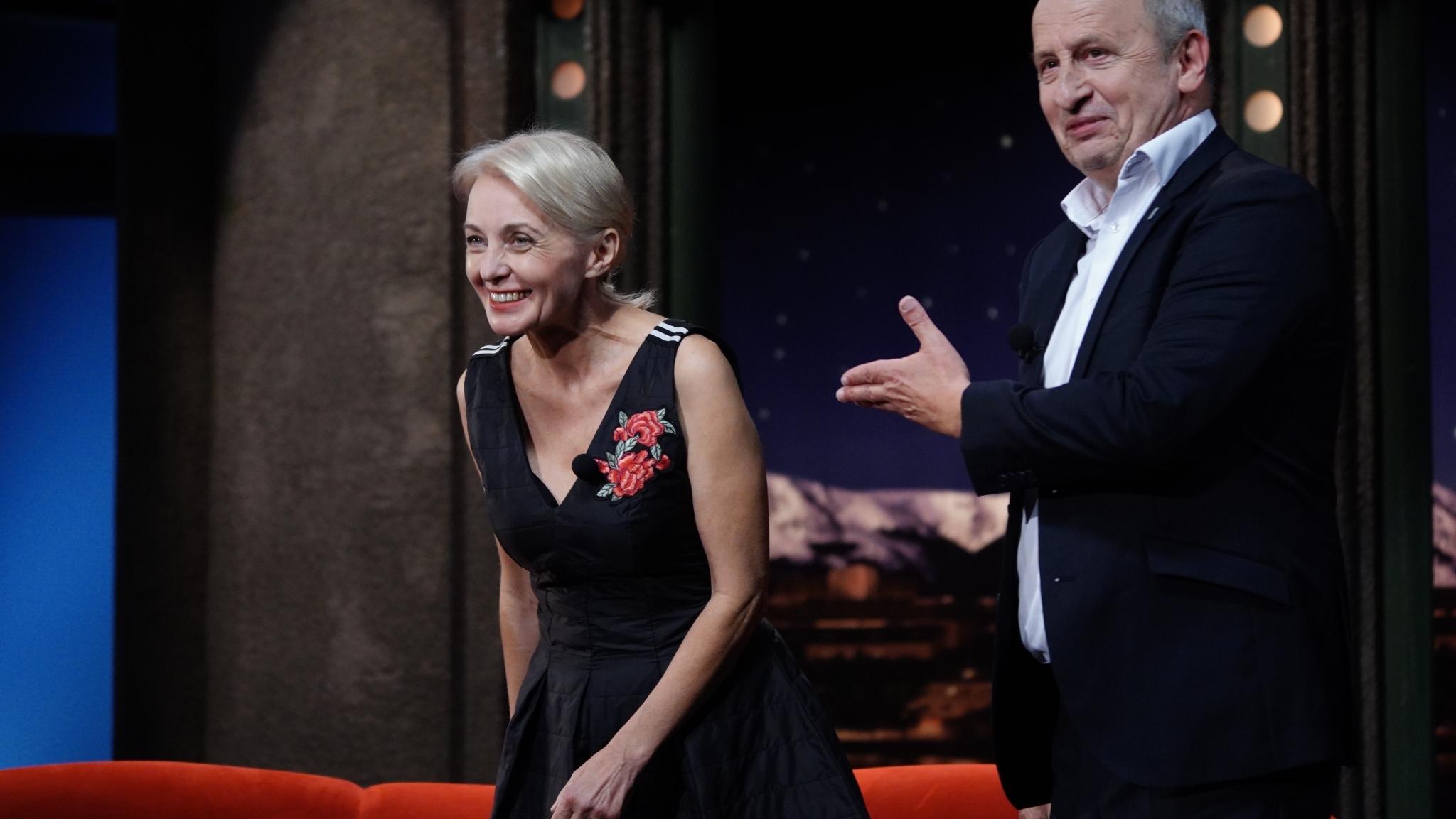 Herečka Veronika Žilková, svého času rodinný příslušník doprovázející státního úředníka dlouhodobě vyslaného do zahraničí, s moderátorem Janem Krausem v SJK 14. 10. 2020