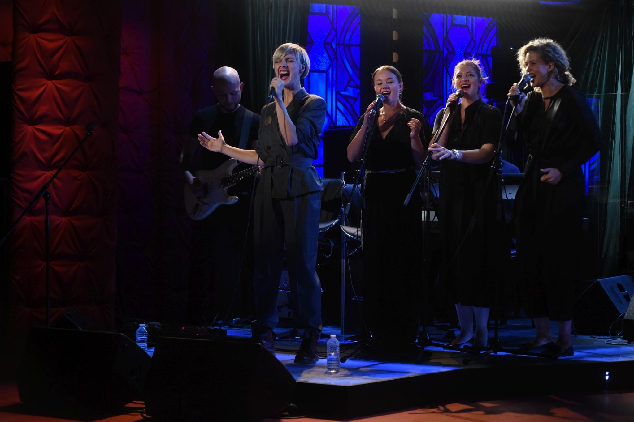 Barbora Poláková zpívá svůj nejnovější hit naživo v SJK 3. 10. 2018, vokalistky (zprava) Kateřina Sedláková, Kateřina Bohatová, Marta Kloučková, s kytarou Ján Tulenko, člen skupiny Davida Krause.