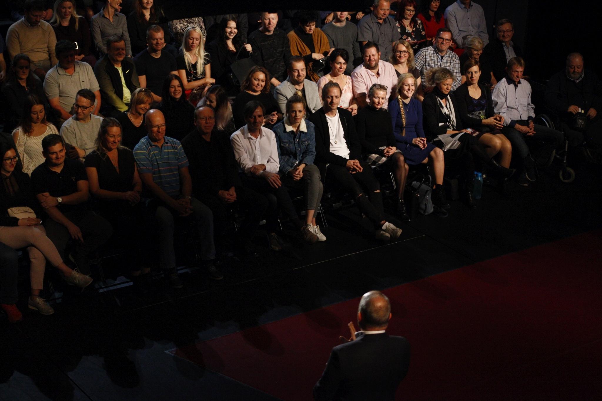 Uvítání hostitelem, na svém místě je i pan Odvárka, po jeho levici sedí Ester Kubová, sestra Tamary Klusové, a zpěvák Tomáš Klus, manžel Tamary.