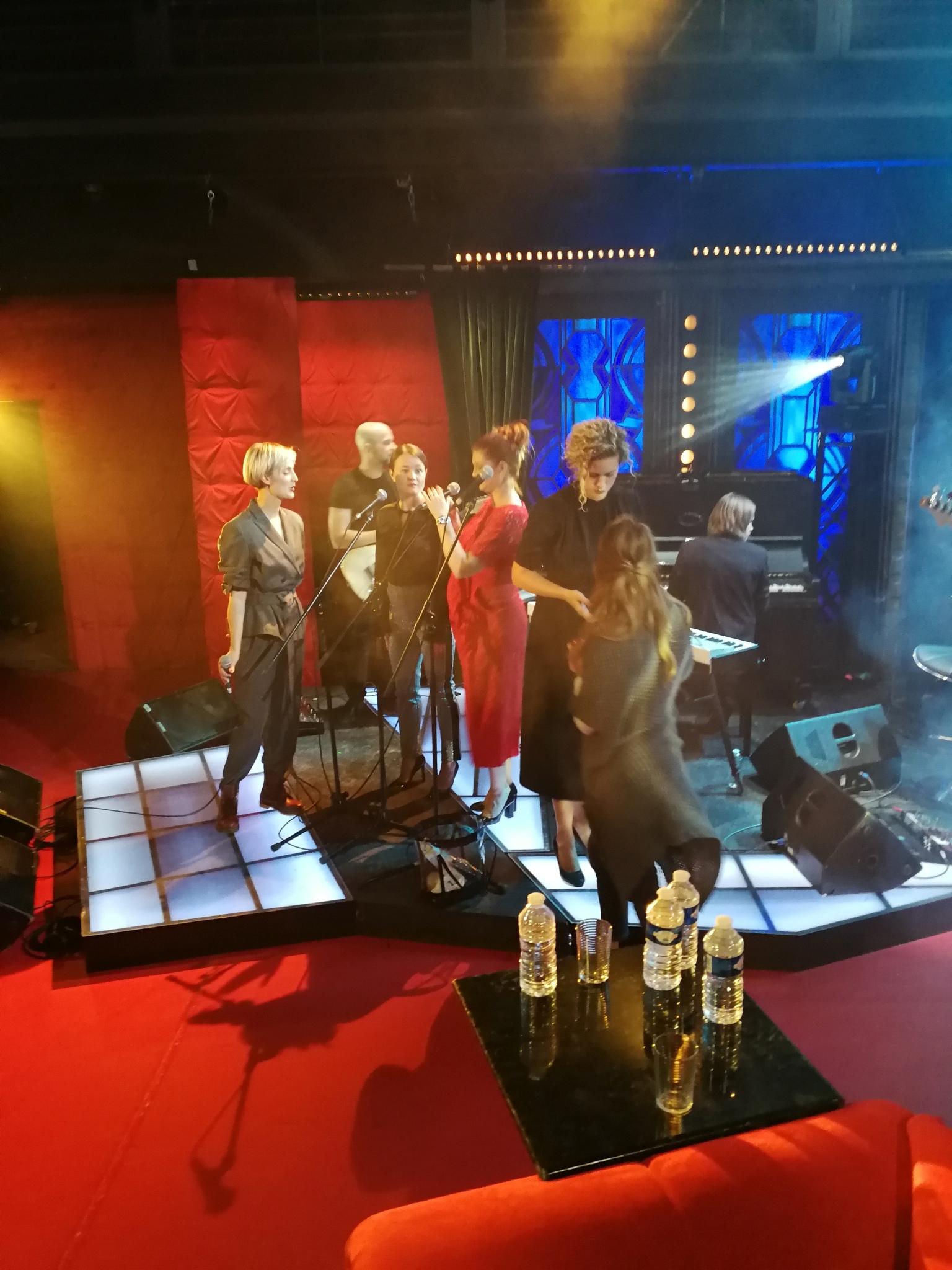 Barbora Poláková při zvukové zkoušce, vokalistky (zprava) Kateřina Sedláková, Kateřina Bohatová, Marta Kloučková — SJK 3. 10. 2018