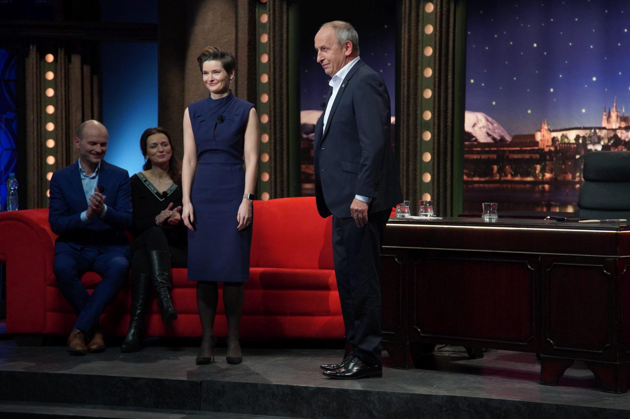 Martina Viktorie Kopecká v Show Jana Krause 13. 1. 2021; v pozadí sedící Adéla a Dalibor Gondíkovi