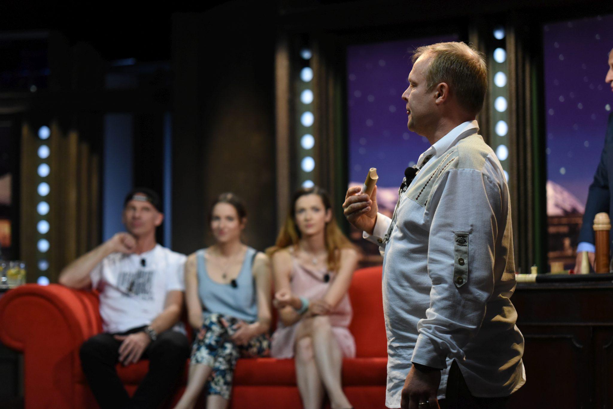 Vábení puštíka obecného; v pozadí sedící Dominik Hašek, Berenika Kohoutová a Marika Šoposká