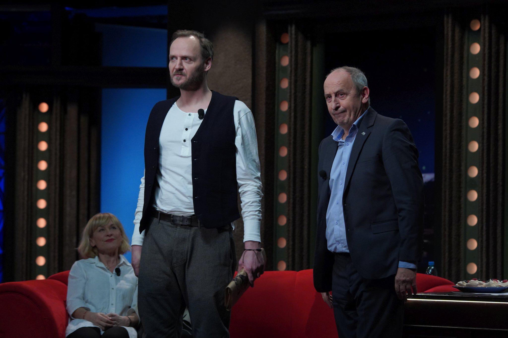 Herec Jan Hájek v SJK 17. 2. 2021; v pozadí sedící herečka Dana Batulková