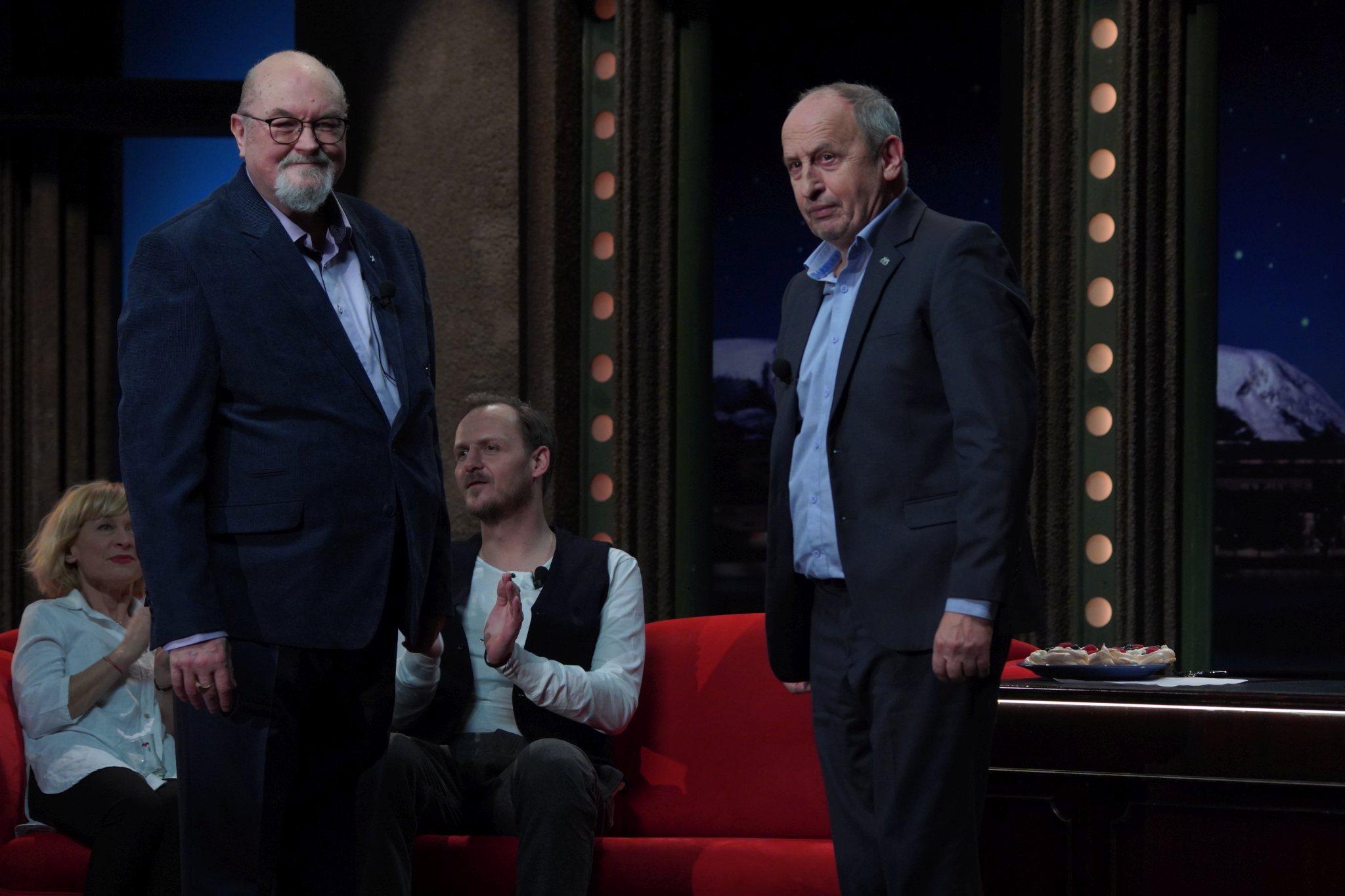 Jaroslav Maxmilián Kašparů, psychiatr a kněz, v SJK 17. 2. 2021; v pozadí sedící zleva herečka Dana Batulková a herec Jan Hájek