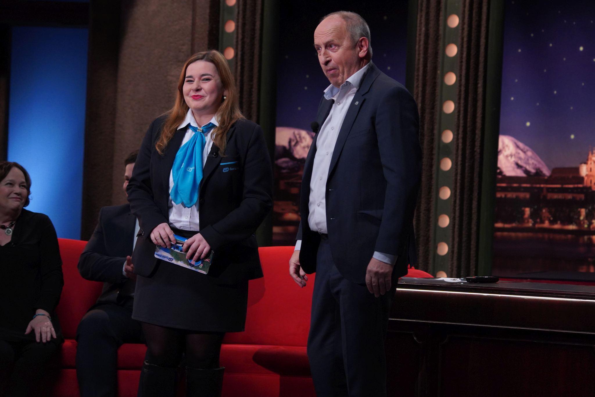 Nikola Šponiarová alias Bláznivá průvodčí v SJK 27. 1. 2021; v pozadí zleva herečka Jitka Smutná a zpěvák Martin Schreiner