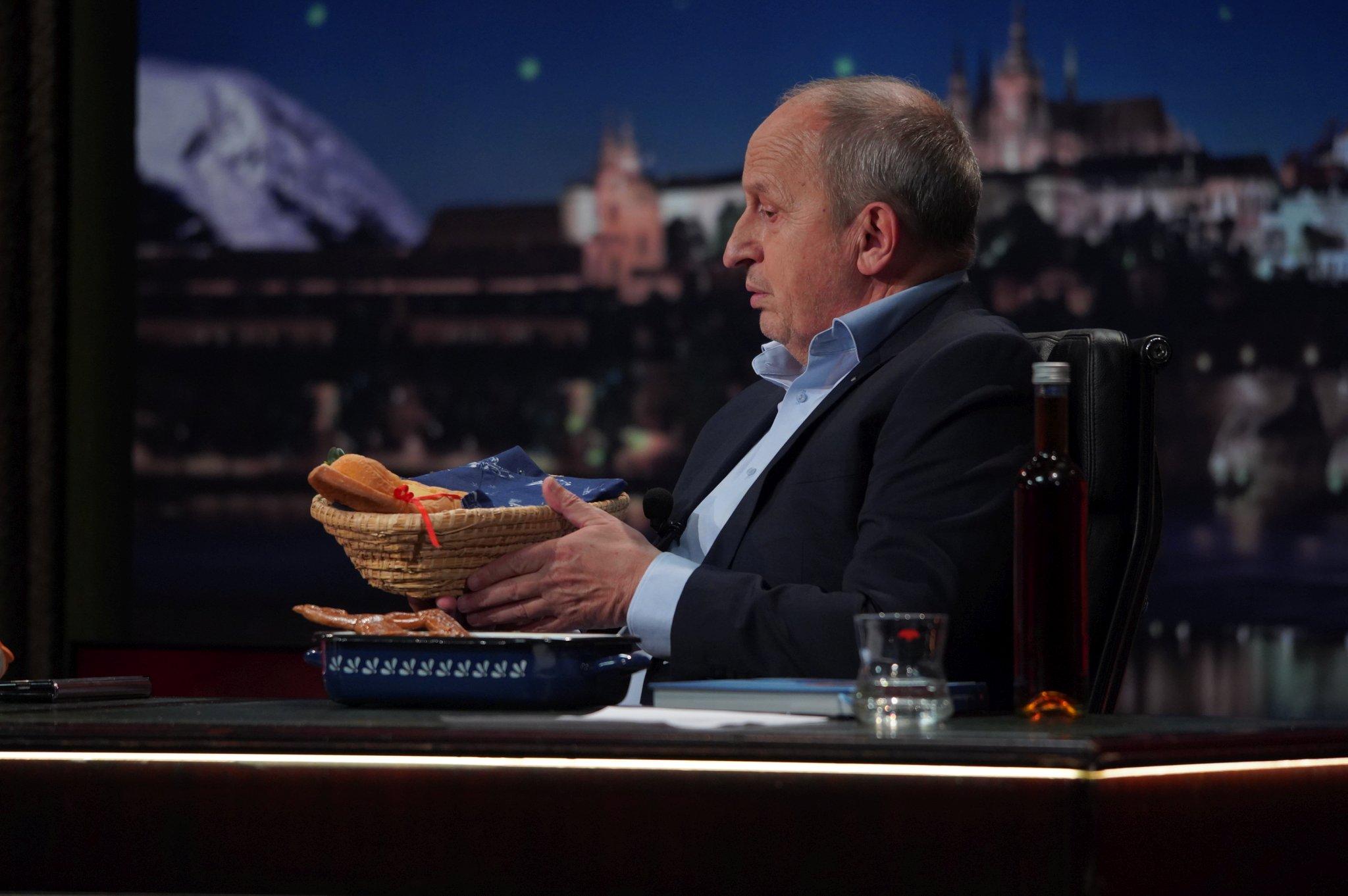 Moderátor Jan Krause s výslužkou od cukrářky Petry Burianové v SJK 28. 4. 2021