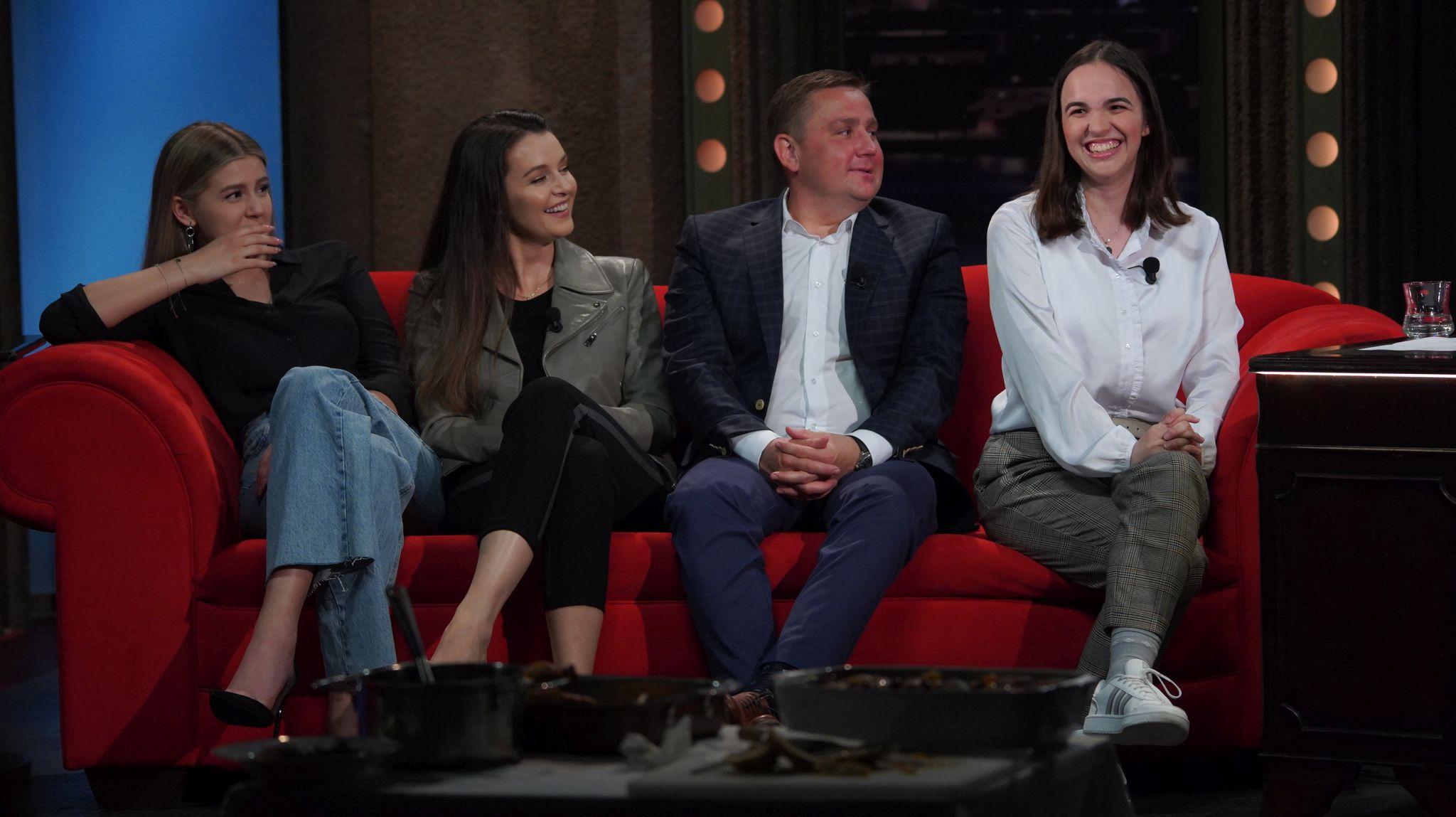 Zleva: Modelka Natálie Jirásková, moderátorka Iva Kubelková, šéfkuchař Jan Punčochář a mladičká polyglotka Eva Spekhorstová v SJK 12. 5. 2021