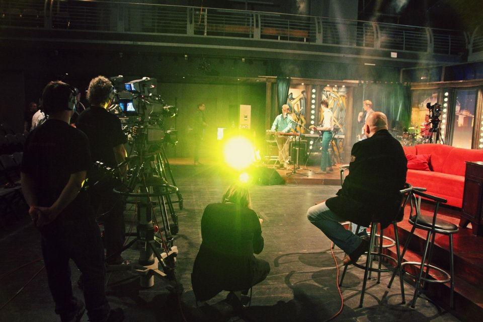 Hudební kapela Charlie Straight při zvukové zkoušce, v popředí vpravo režisér Vojta Nouzák — SJK 6. 4. 2012