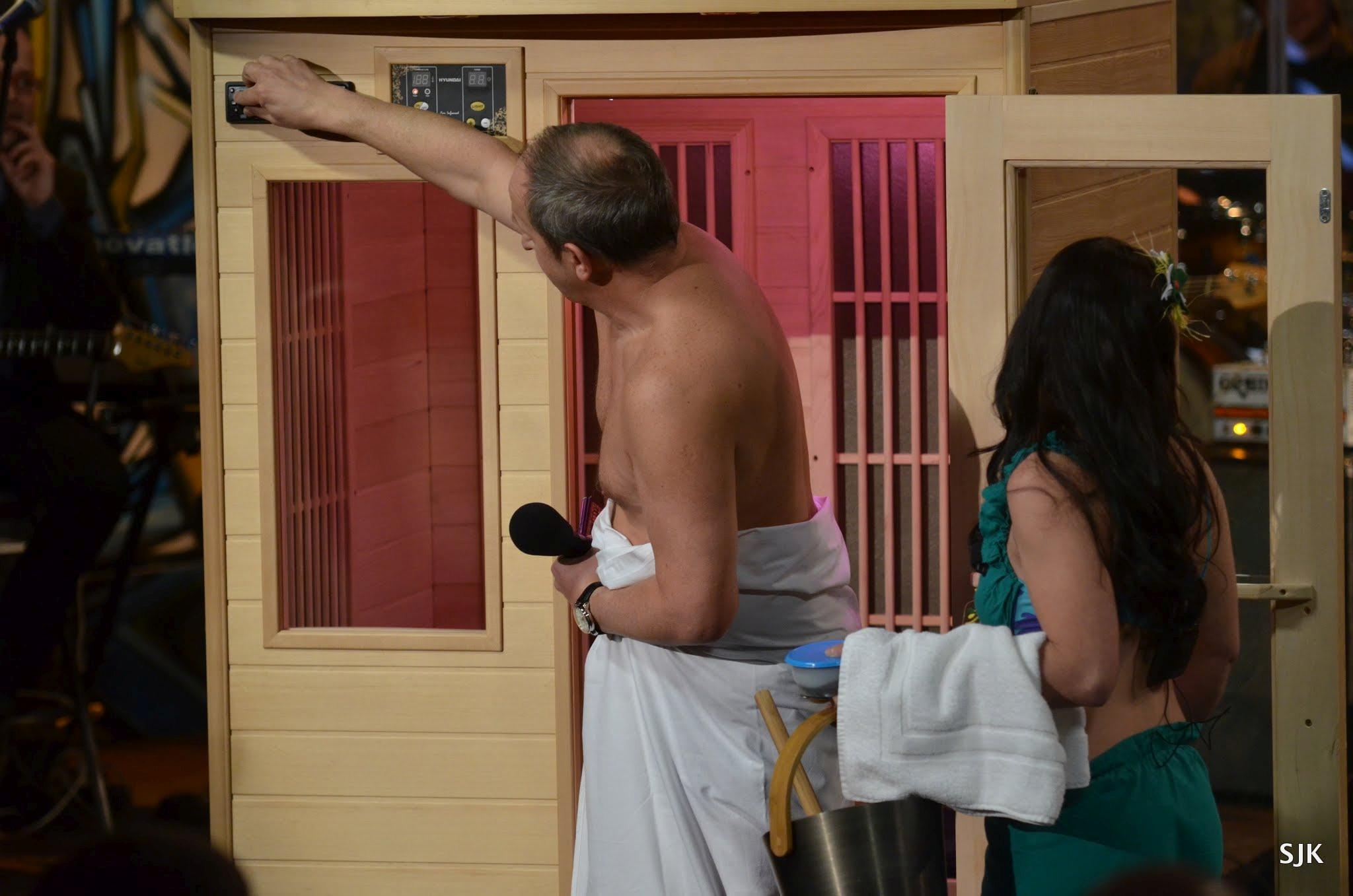 Jan Kraus nastavuje termostat sauny pod vedením Heleny Kopřivové v SJK 15. 3. 2013