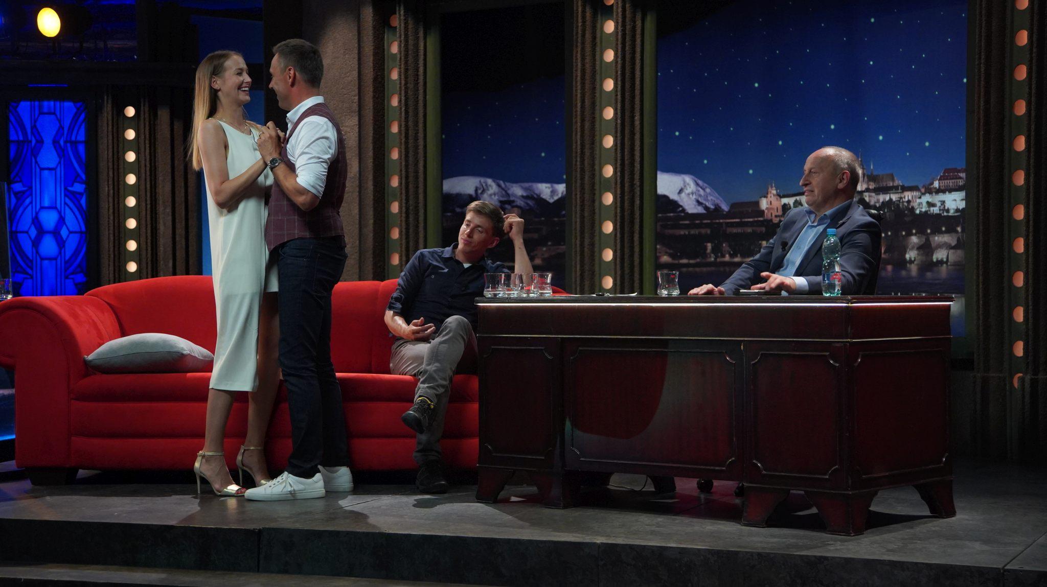 Herci, manželé Roman a Petra Vojtkovi tančí spontánně na melodie dechovky Františka Skály, v pozadí horolezec Radoslav Groh, v SJK 23. 6. 2021