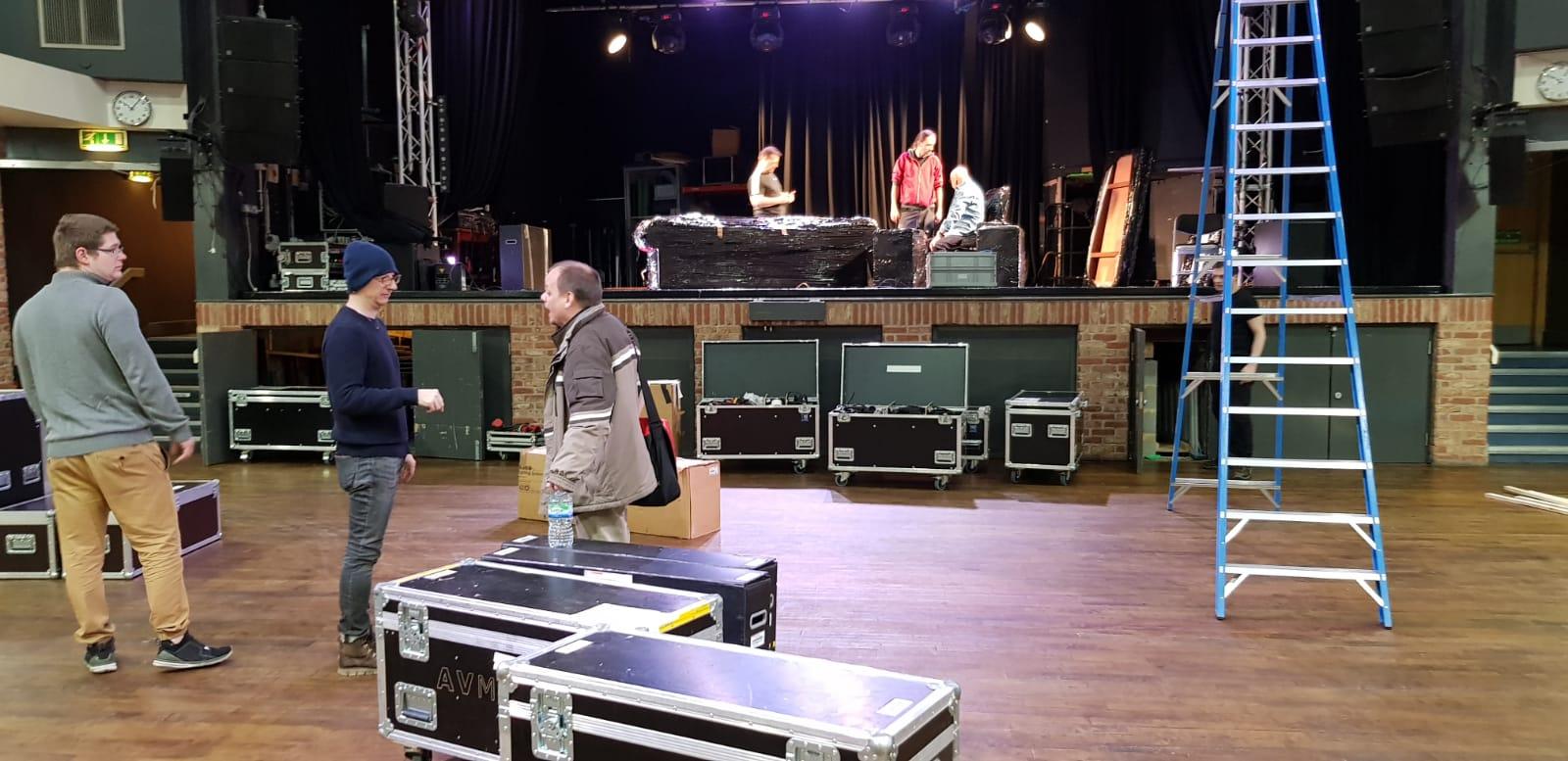 Jeviště a hlediště před natáčením v londýnské 229 The Venue – London, Marylebone, 229 Great Portland Street.