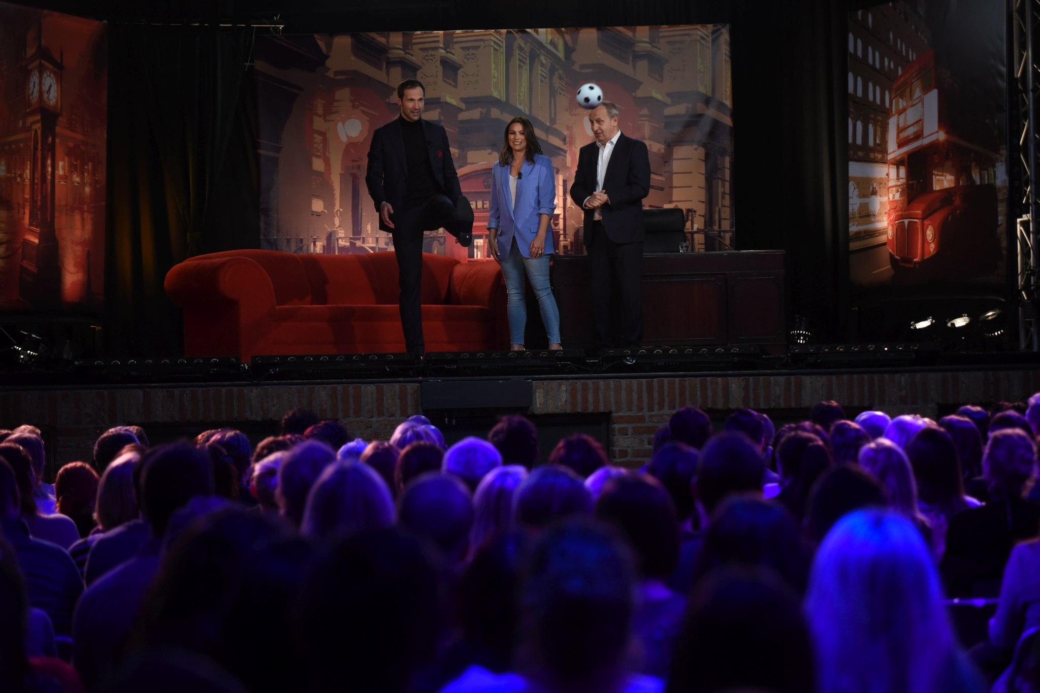Tento speciální londýnský díl zahájil již tradičně Petr Čech, kterého tentokráte doprovodila na pódium i jeho manželka Martina, SJK 13. 3. 2019
