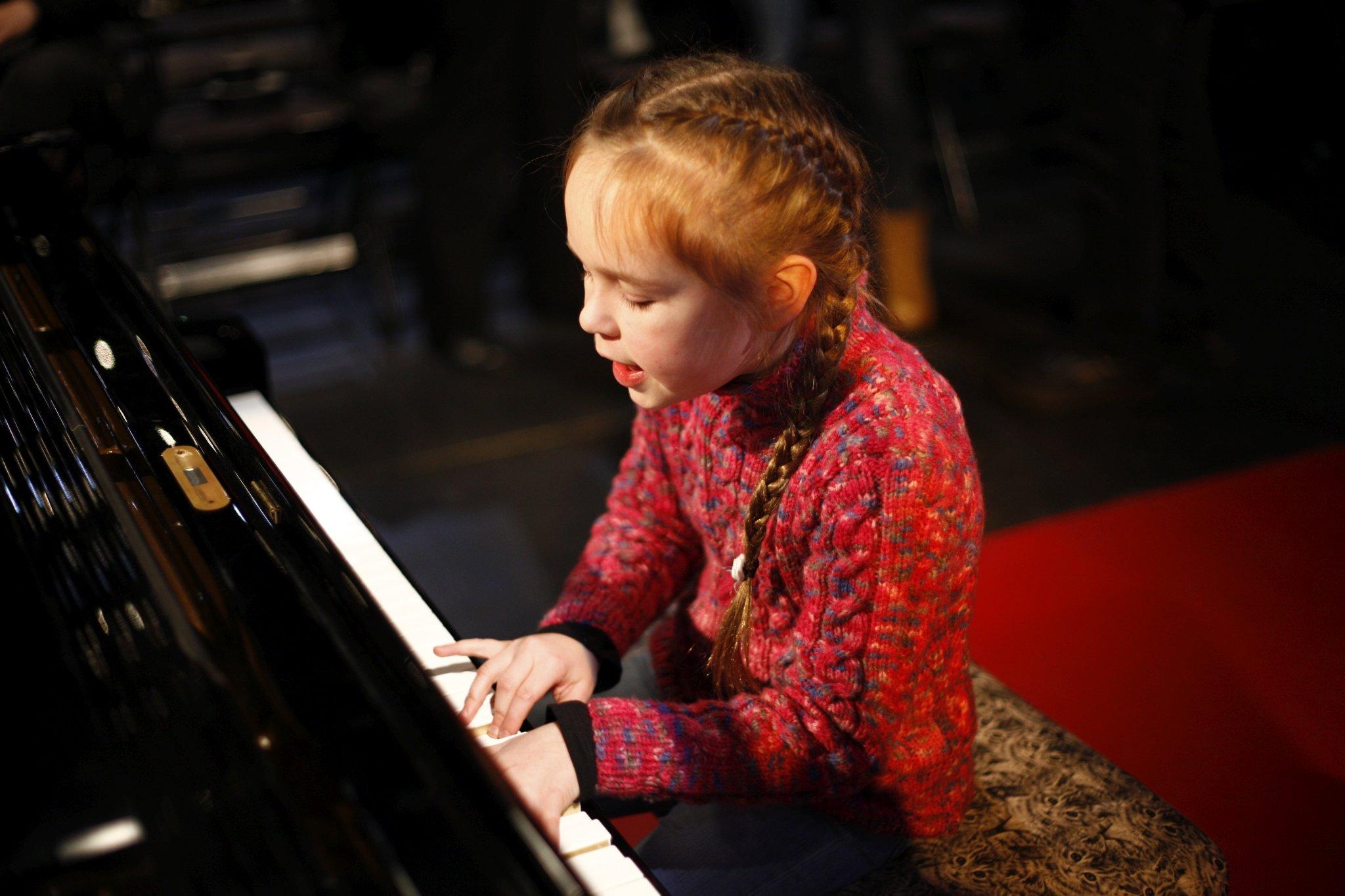 Malá talentovaná klavíristka Klára Gibišová při odpolední zvukové zkoušce – SJK 23. 1. 2019